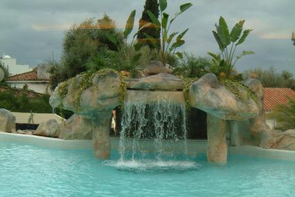 jardin con gruta que vuelca a la piscina dentro de la gruta se instalo el